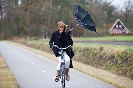 Fietsen met paraplu